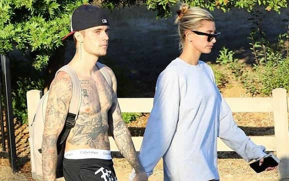 Ăn mặc tiết kiệm vải như nhà Justin Bieber: Chồng không áo, vợ lại giấu quần